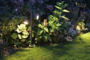 Ragyogó kert, éjszakai fényben